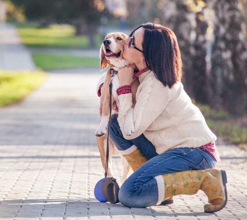 Kvinnan kramar hennes favorit- husdjur royaltyfria bilder