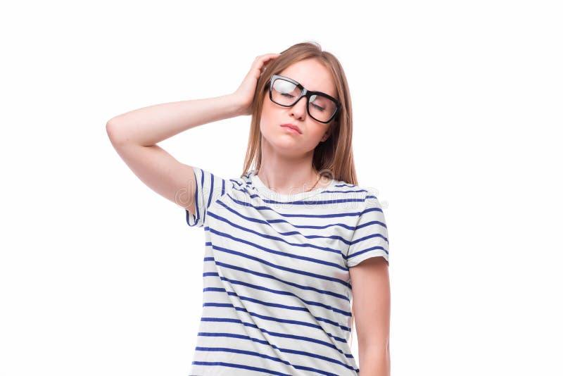 kvinnan lider från huvudvärken, migrän, bakrus, spänning royaltyfri bild