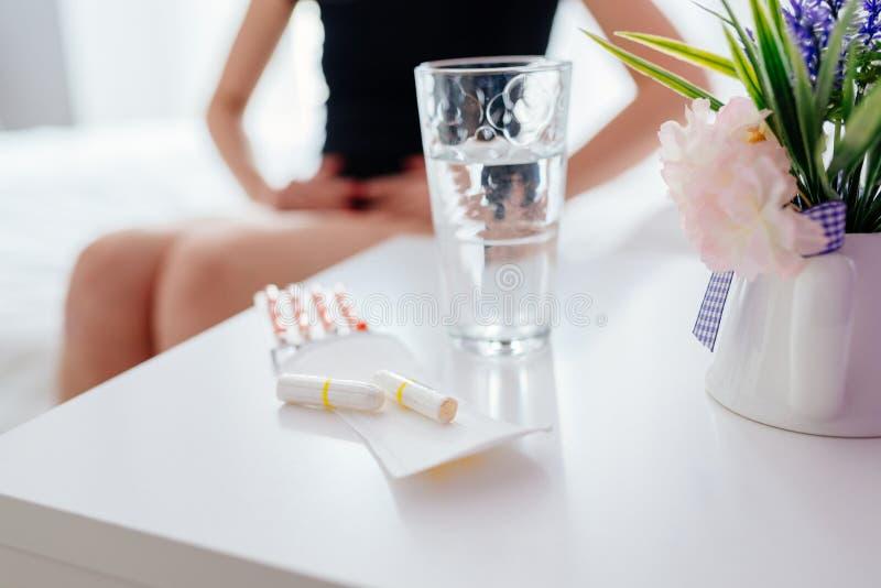 Kvinnan lider från menstruation smärtar eller mageknip royaltyfri fotografi