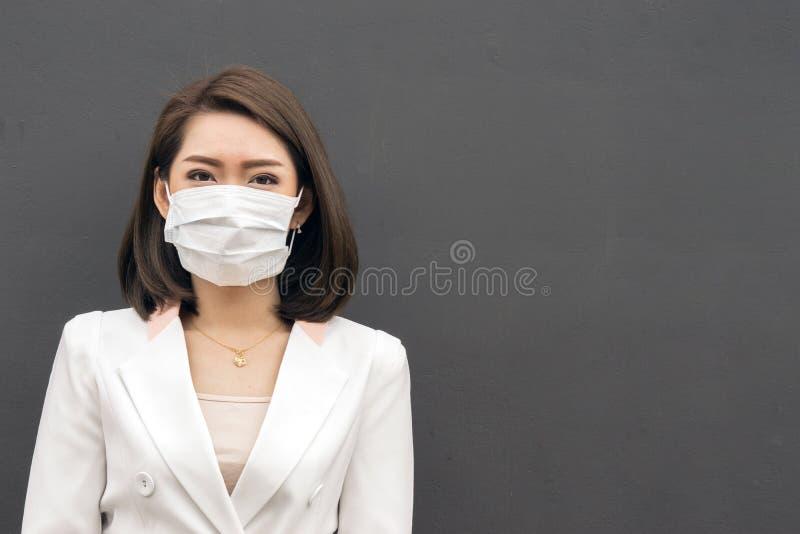 Kvinnan lider från sjuk och bärande framsidamaskering arkivbild