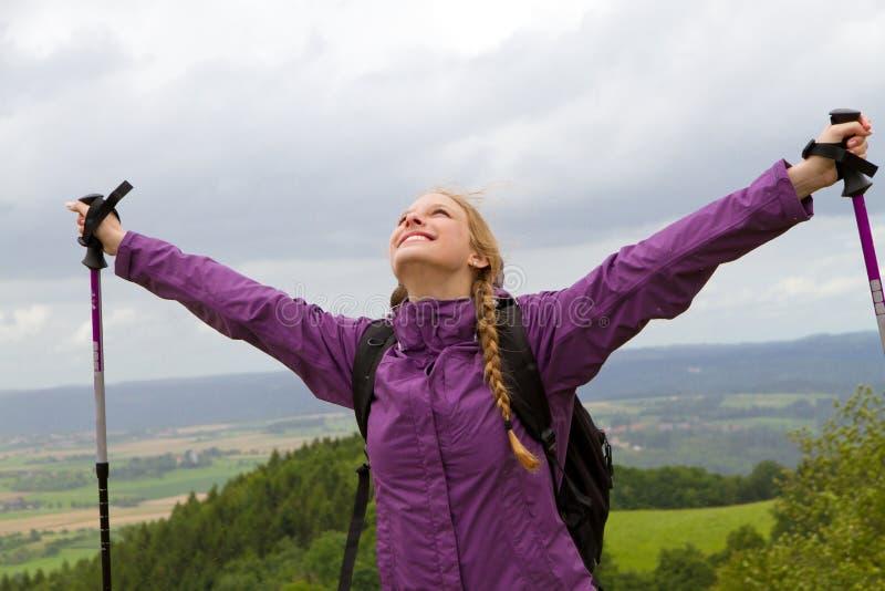 Kvinnan lyfter henne armar royaltyfri fotografi