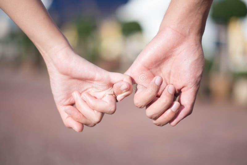 Kvinnan & mannen rymmer handen arkivfoto