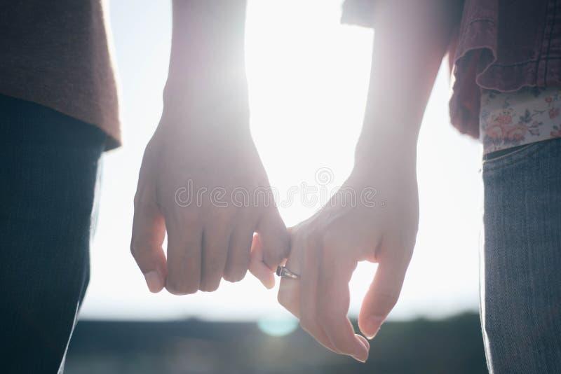 Kvinnan & mannen rymmer handen royaltyfria foton