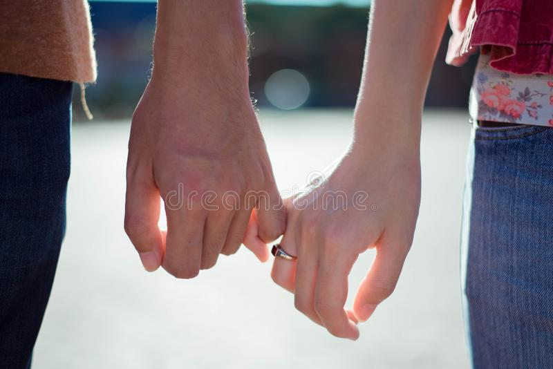 Kvinnan & mannen rymmer handen royaltyfria bilder