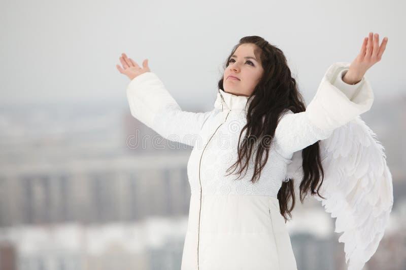 Kvinnan med ängel påskyndar att se upp royaltyfri bild