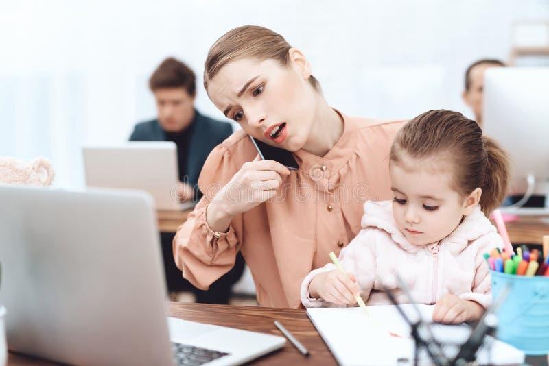 Kvinnan med barnet kom att arbeta royaltyfri foto