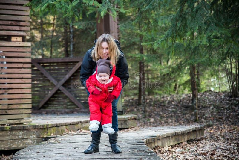 Kvinnan med barnet parkerar in fotografering för bildbyråer