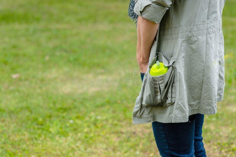 Kvinnan med behandla som ett barn matflaskan i omslagsfack fotografering för bildbyråer