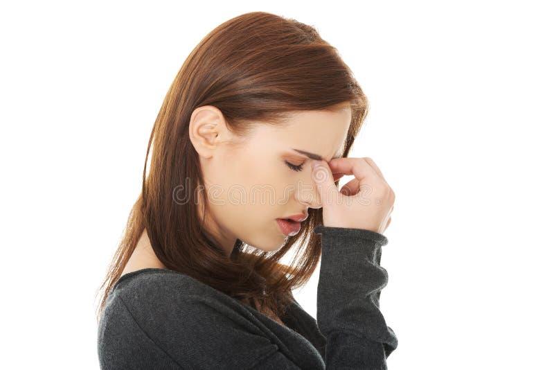 Kvinnan med bihålatryck smärtar royaltyfria bilder