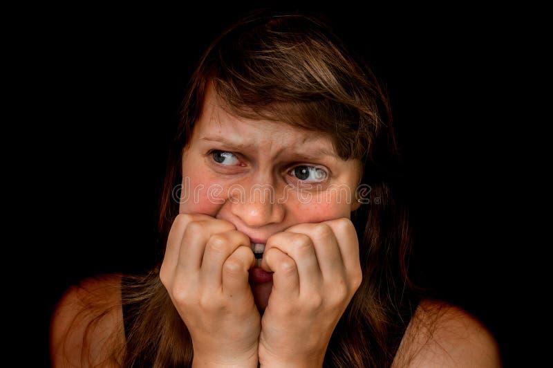 Kvinnan med cellskräck är ensam i det mörka stället royaltyfri fotografi