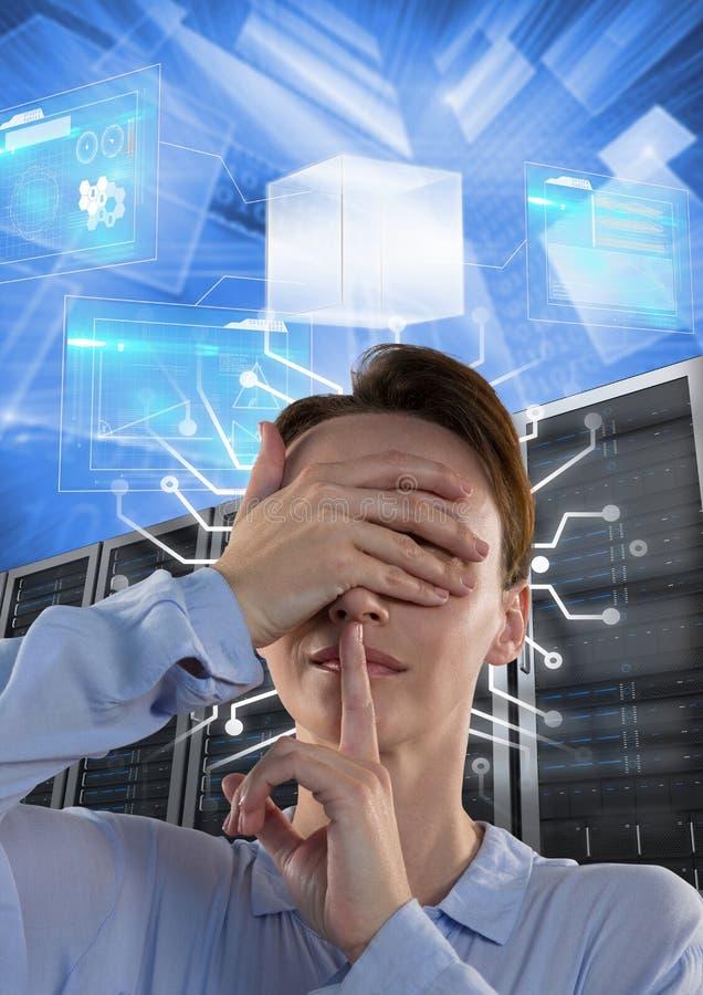 Kvinnan med datorserveror och information om teknologi har kontakt arkivfoton