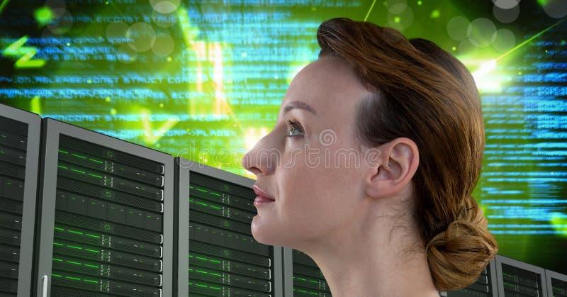 Kvinnan med datorserveror och information om teknologikod har kontakt arkivfoto