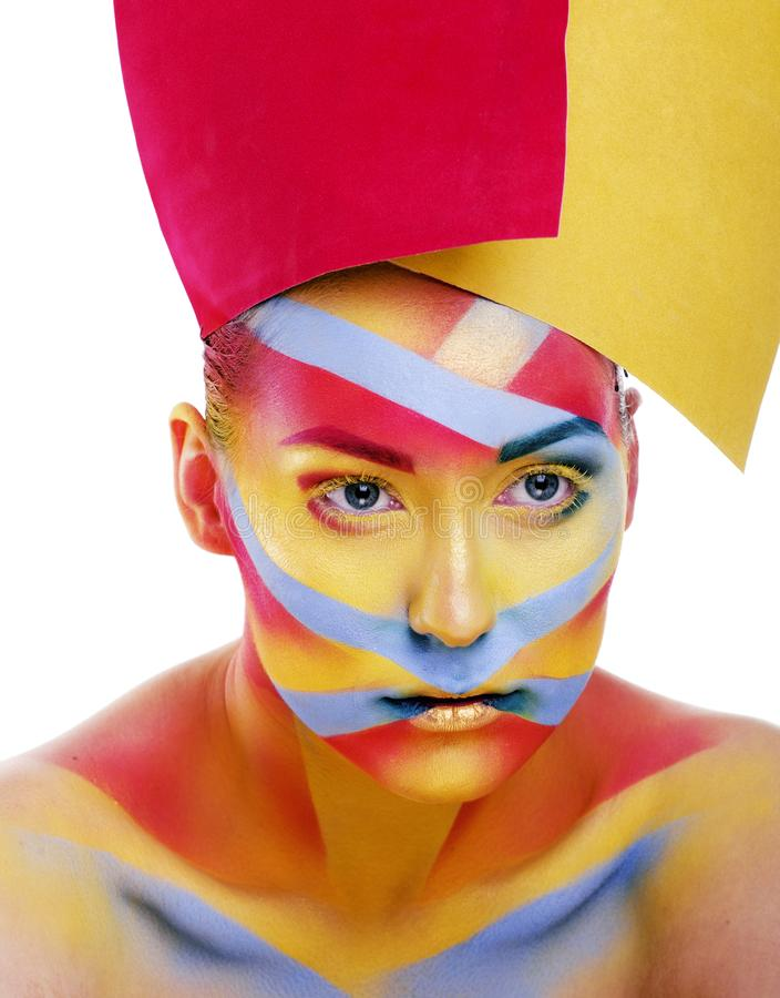 Kvinnan med det idérika geometrisminket som är rött, gulnar, slösar closeupen royaltyfria foton