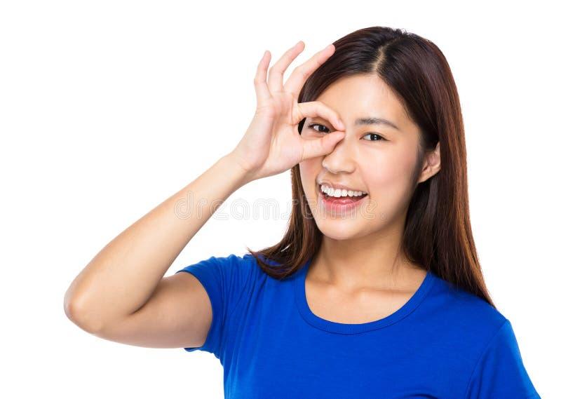 Kvinnan med det ok tecknet täcker hennes öga arkivbild