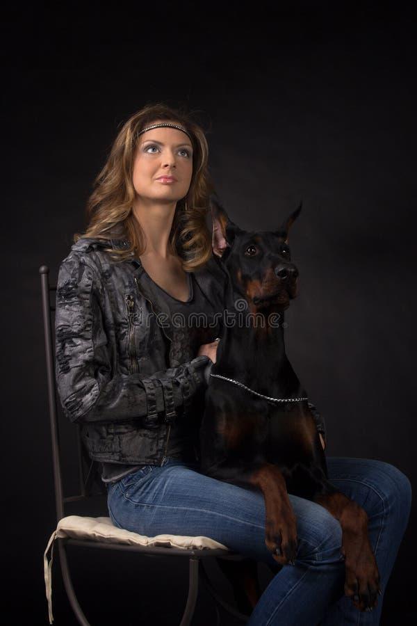 Kvinnan med dobermann förföljer arkivfoton