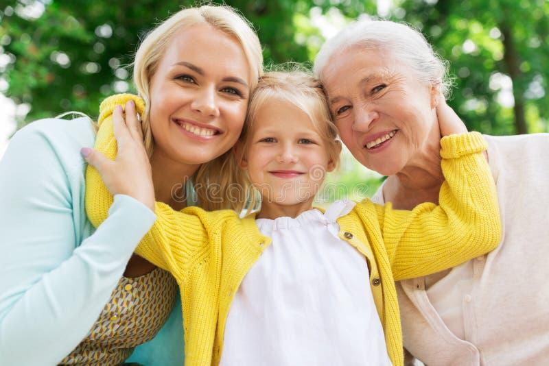 Kvinnan med dottern och den höga modern på parkerar arkivfoton