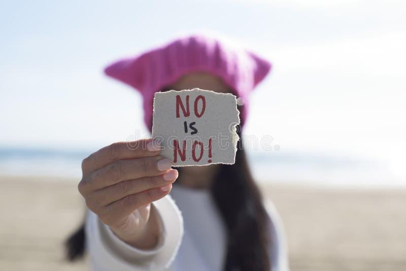 Kvinnan med en inga rosa hatt och texten är ingen arkivfoton