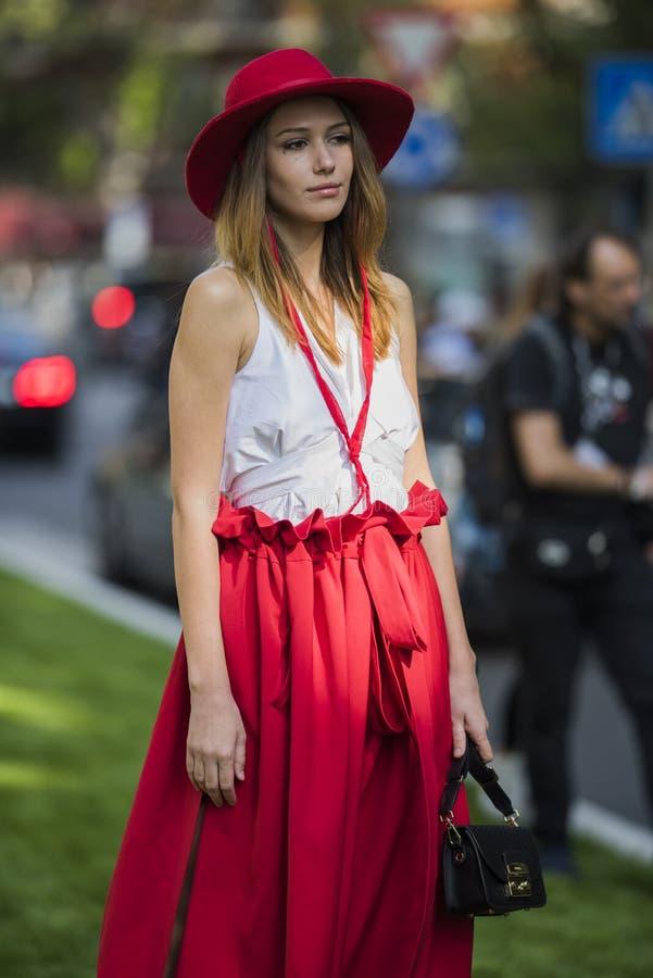 Kvinnan med en trendig blick, poserar på Milan Fashion Week royaltyfria bilder