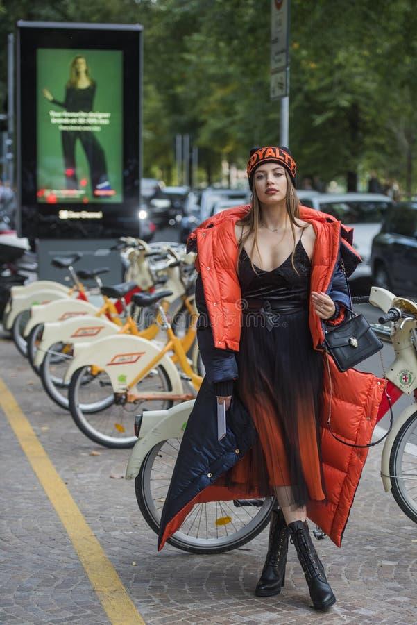 Kvinnan med en trendig blick, poserar på Milan Fashion Week arkivfoto