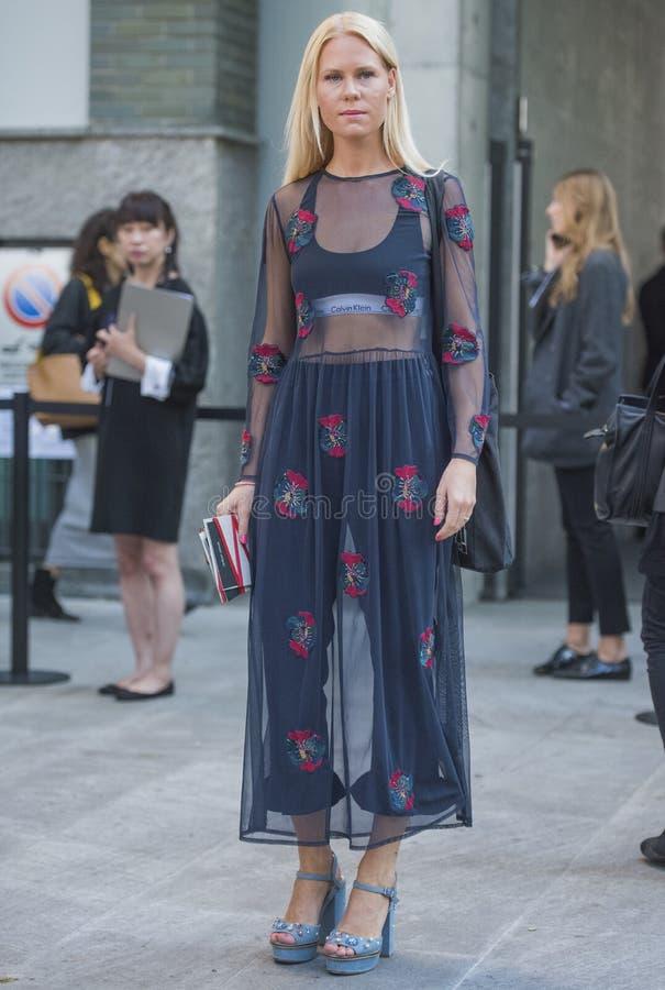 Kvinnan med en trendig blick, poserar på Milan Fashion Week arkivbild