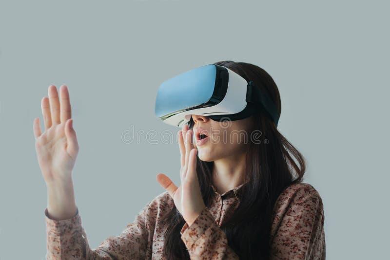 Kvinnan med exponeringsglas av virtuell verklighet Framtida teknologibegrepp Modern kopieringsteknologi royaltyfria foton