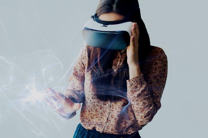 Kvinnan med exponeringsglas av virtuell verklighet Framtida teknologibegrepp Modern kopieringsteknologi royaltyfri fotografi