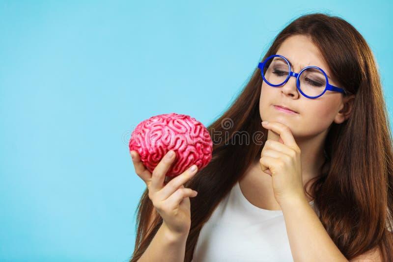 Kvinnan med fejkar hjärnan som thining arkivbilder