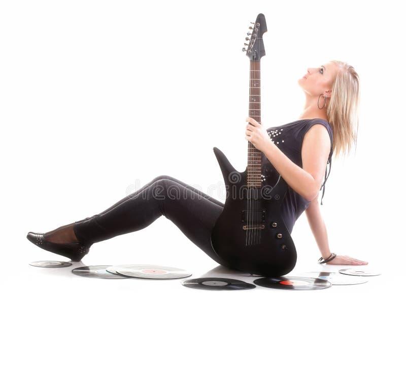 Kvinnan med gitarranalog antecknar den isolerade musikvännen arkivfoto