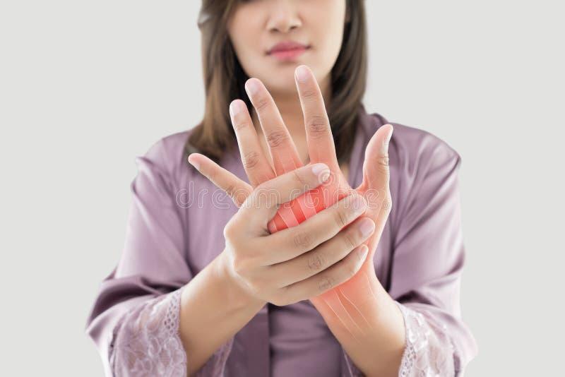 Kvinnan med handen smärtar royaltyfri foto