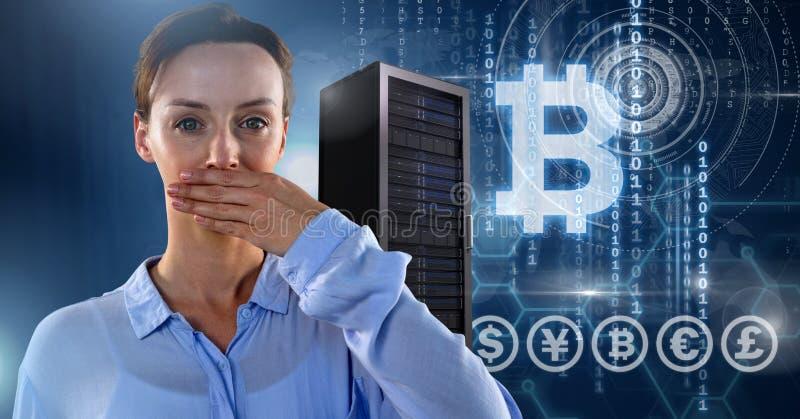 Kvinnan med information om datorserver- och bitcointeknologi har kontakt royaltyfri fotografi