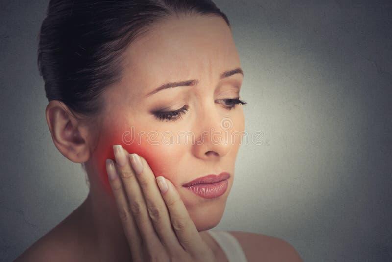 Kvinnan med känsligt problem för tandknipkrona till skrik från smärtar omkring royaltyfri fotografi