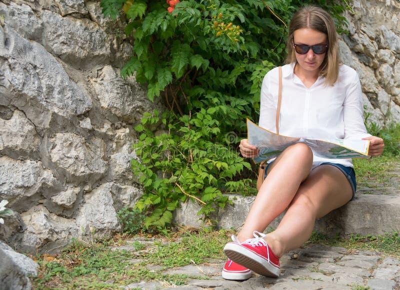 Kvinnan med kartlägger arkivfoto
