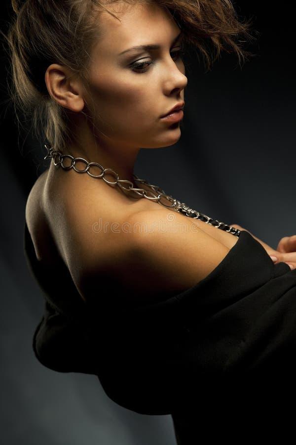 Kvinnan med kedjar royaltyfri bild
