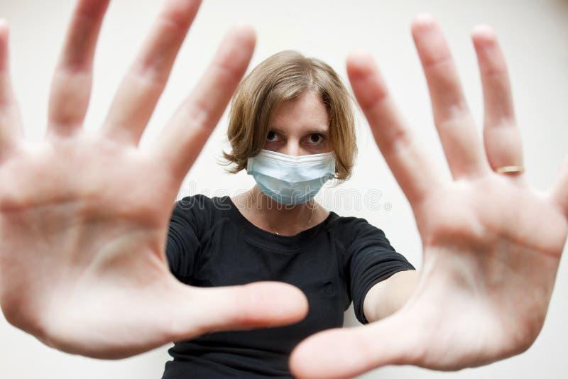 Kvinnan med läkarundersökning maskerar royaltyfri foto