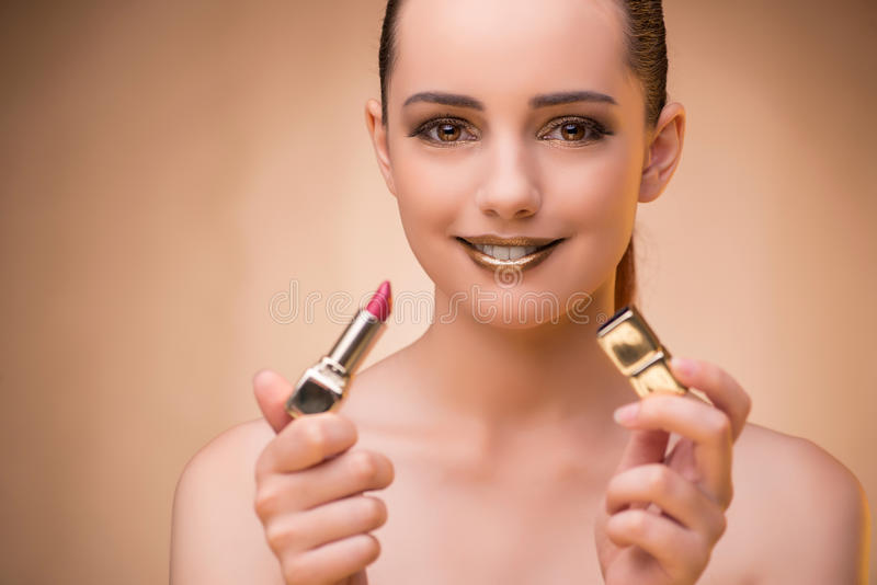Kvinnan med läppstift i skönhetbegrepp royaltyfri fotografi