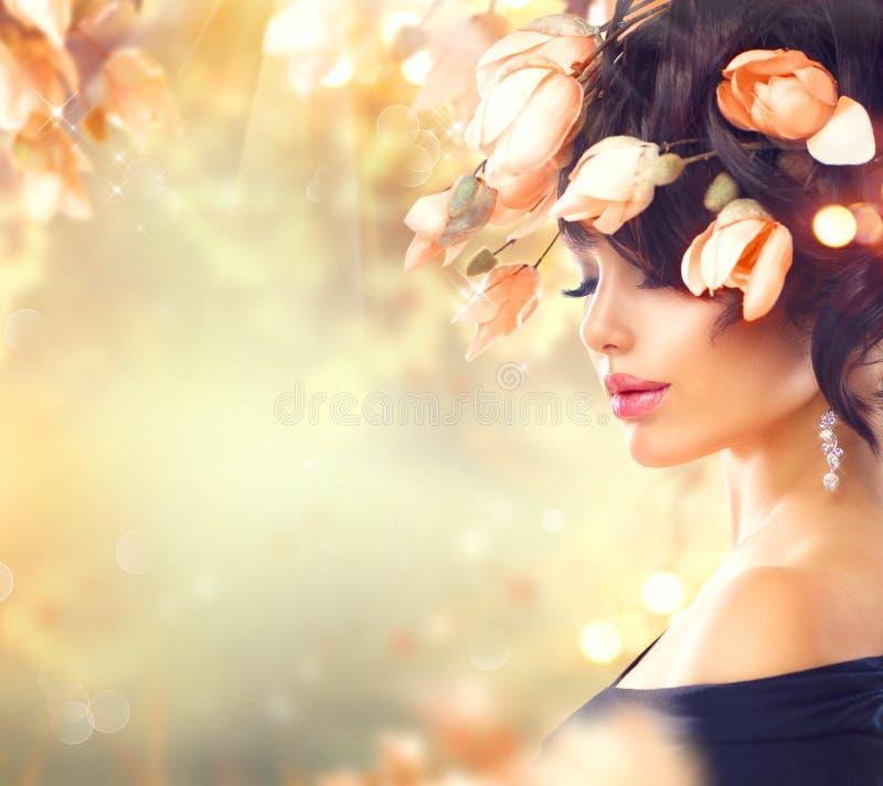 Kvinnan med magnolian blommar i hennes hår royaltyfri foto