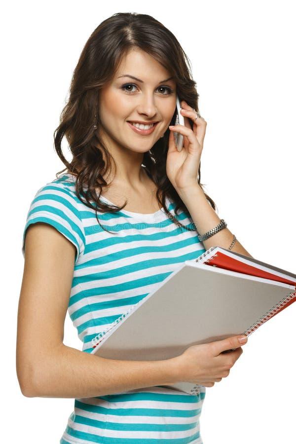Kvinnan med mappar som talar på mobil, ringer royaltyfri bild