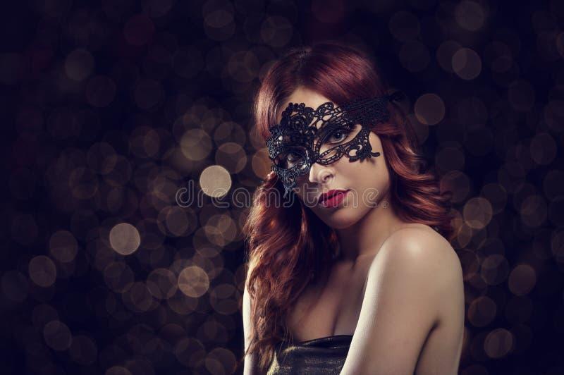 Kvinnan med maskerar royaltyfria bilder