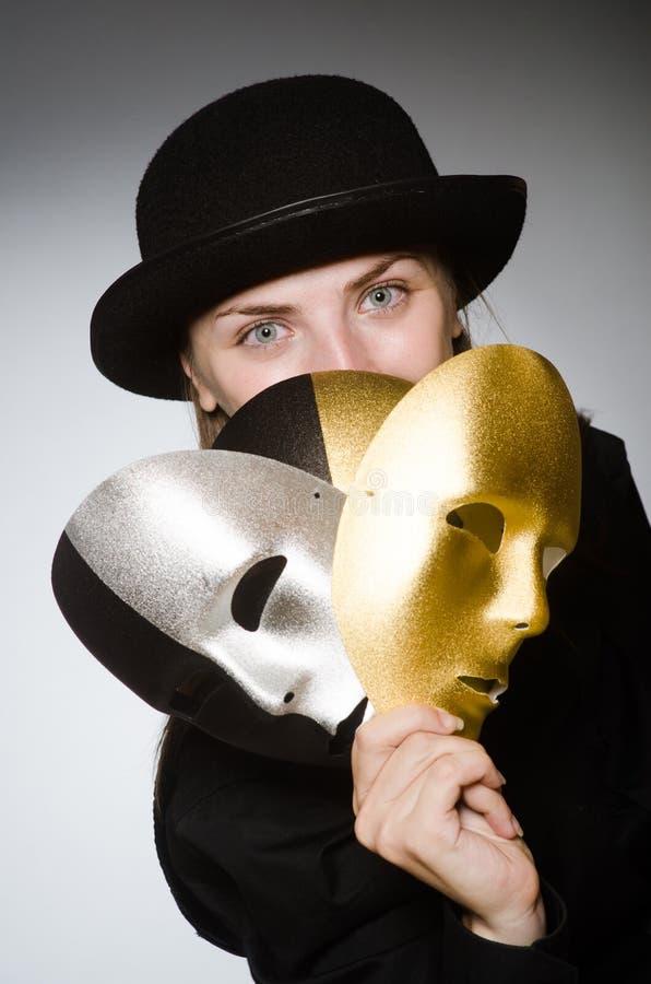 Kvinnan med maskeringen i roligt begrepp arkivfoton