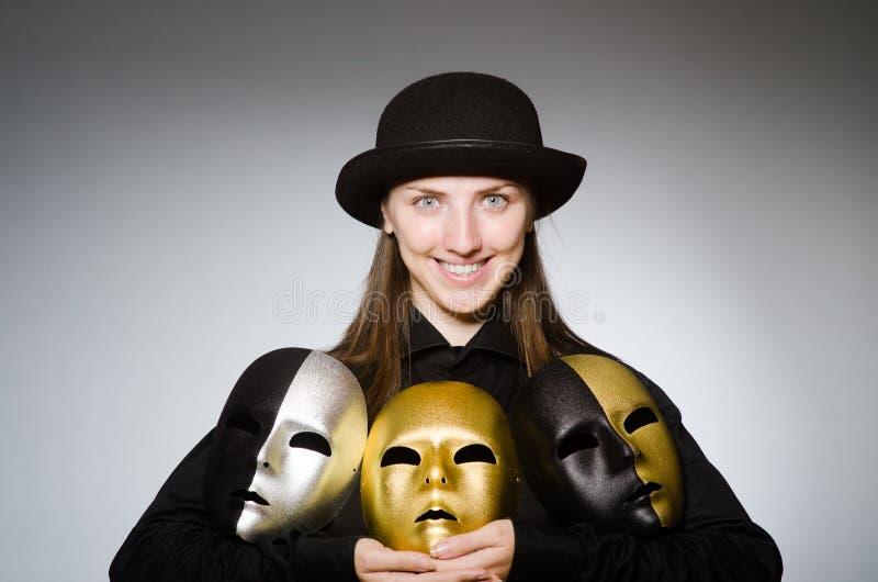 Kvinnan med maskeringen i roligt begrepp arkivfoto