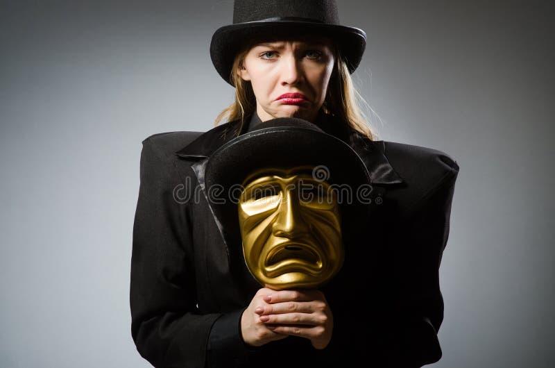 Kvinnan med maskeringen i roligt begrepp royaltyfria foton
