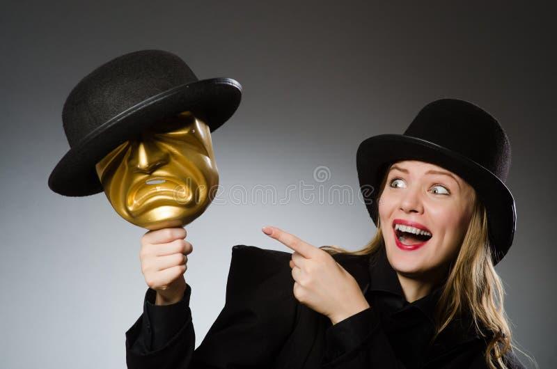 Kvinnan med maskeringen i roligt begrepp royaltyfri bild