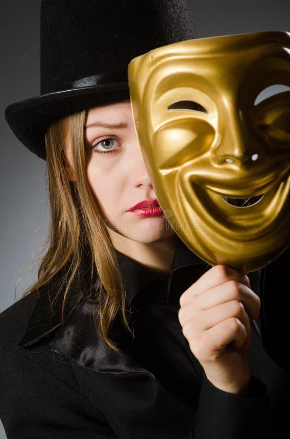 Kvinnan med maskeringen i roligt begrepp fotografering för bildbyråer