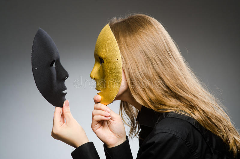 Kvinnan med maskeringen i roligt begrepp arkivbild