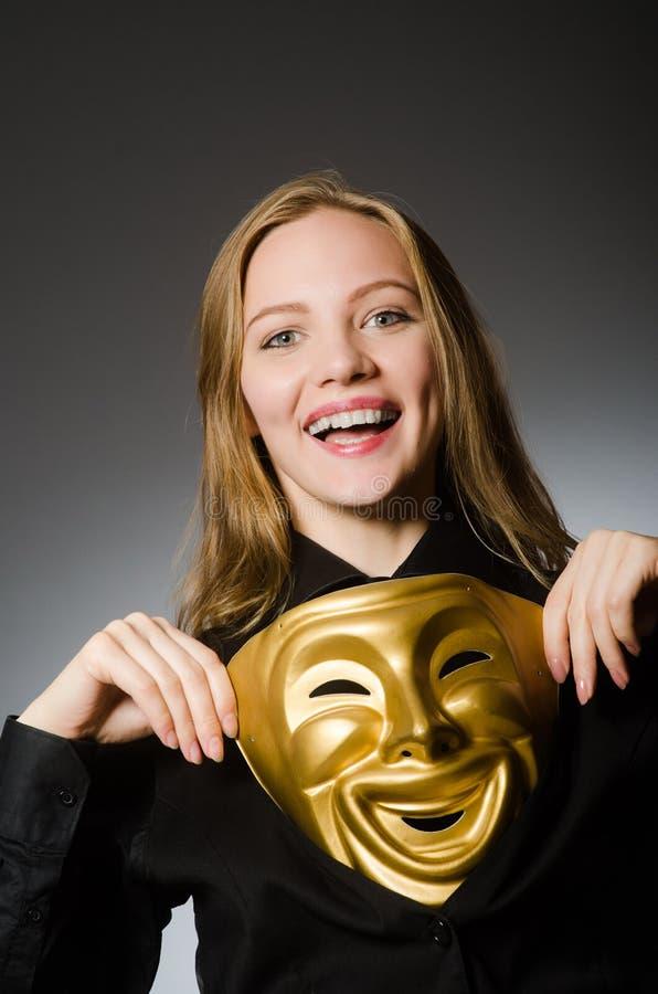 Kvinnan med maskeringen i roligt begrepp royaltyfri foto
