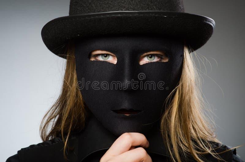 Kvinnan med maskeringen i roligt begrepp royaltyfria bilder