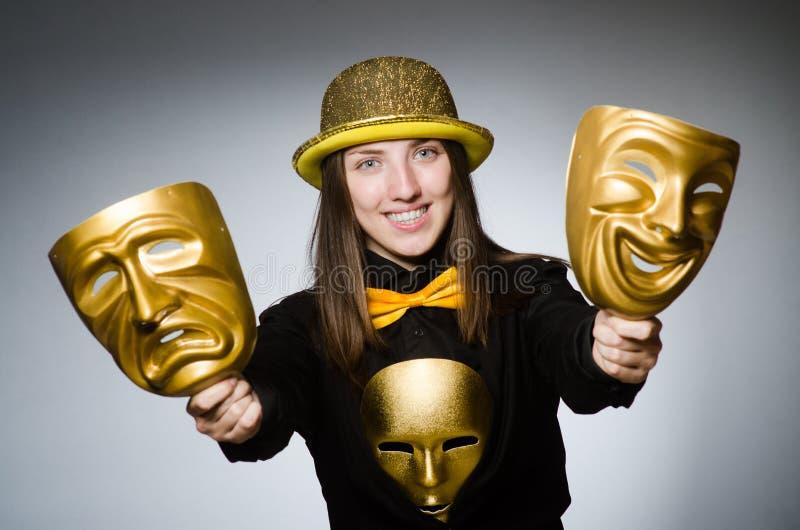 Kvinnan med maskeringen i roligt begrepp arkivbilder