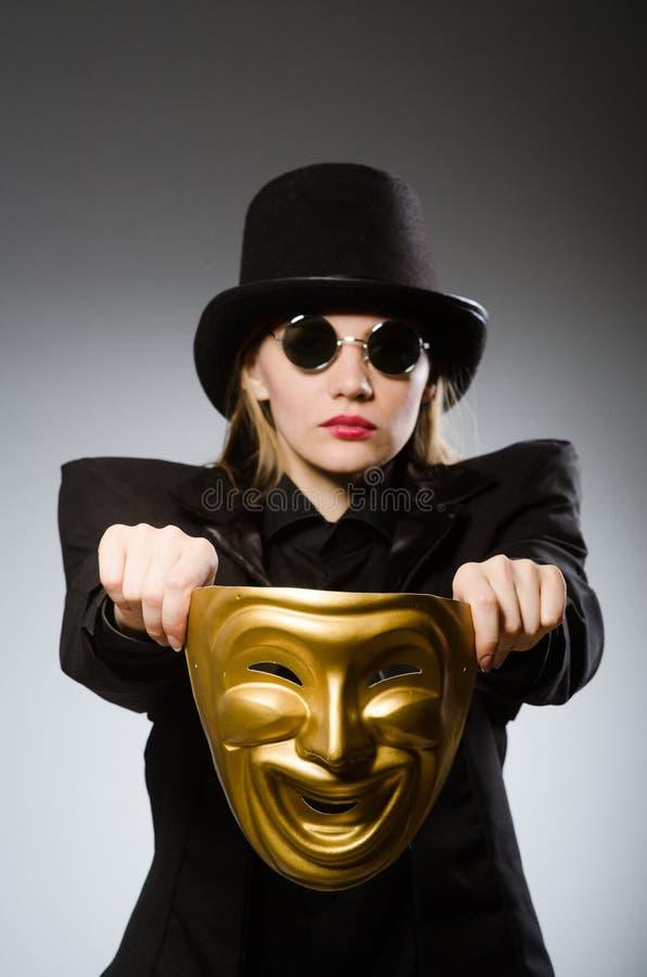 Kvinnan med maskeringen i roligt begrepp royaltyfri fotografi