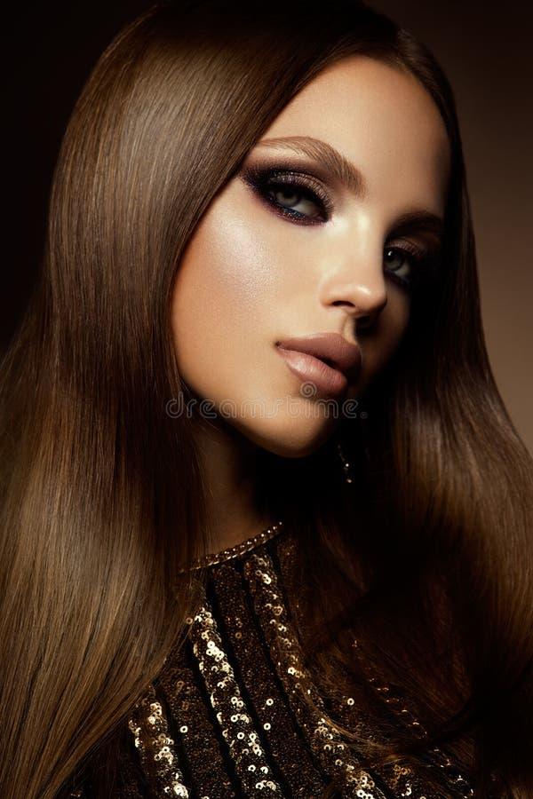kvinnan med pinnen Glamourstående av den härliga kvinnamodellen med den nya makeup- och romantikerfrisyren royaltyfri bild