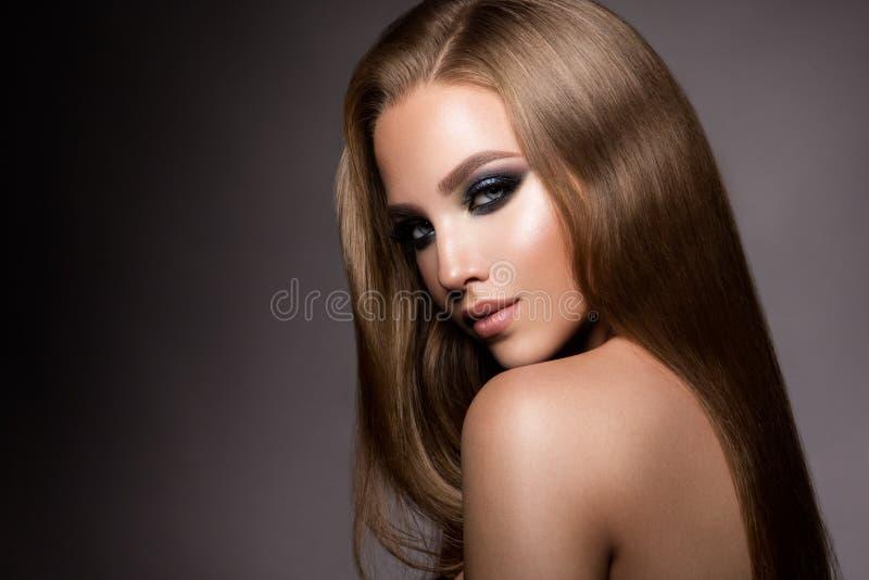 kvinnan med pinnen Glamourstående av den härliga kvinnamodellen med den nya makeup- och romantikerfrisyren royaltyfria bilder